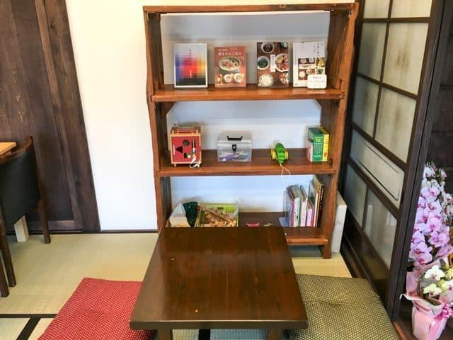 熊谷・のうカフェ本棚