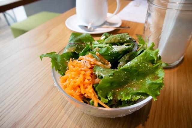 菊寿童のカフェザシェードツリーBLTサンドのサラダ