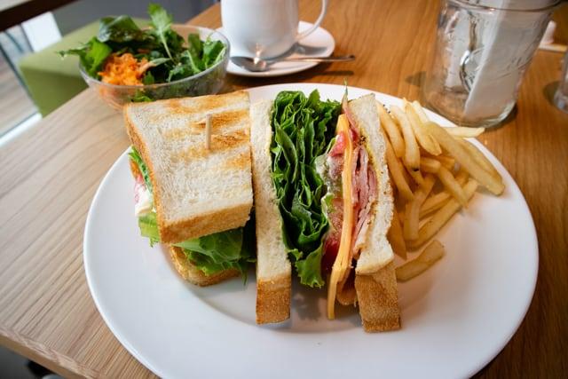 菊寿童のカフェザシェードツリーBLTサンドイッチ