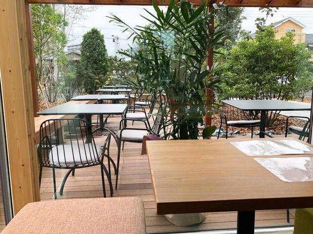 菊寿童のカフェザシェードツリー店内からのテラス