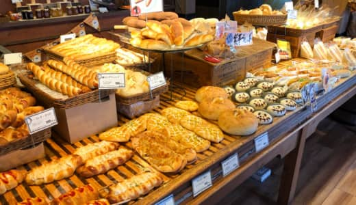 100種類近くの焼き立てパンが並ぶ「パーネデリシアくまがや店」コーヒー無料・イートインスペース付き!