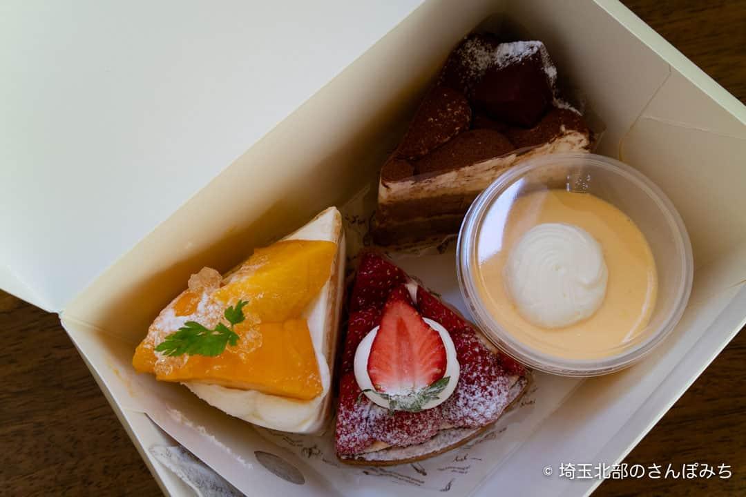鴻巣クク箱の中のケーキ
