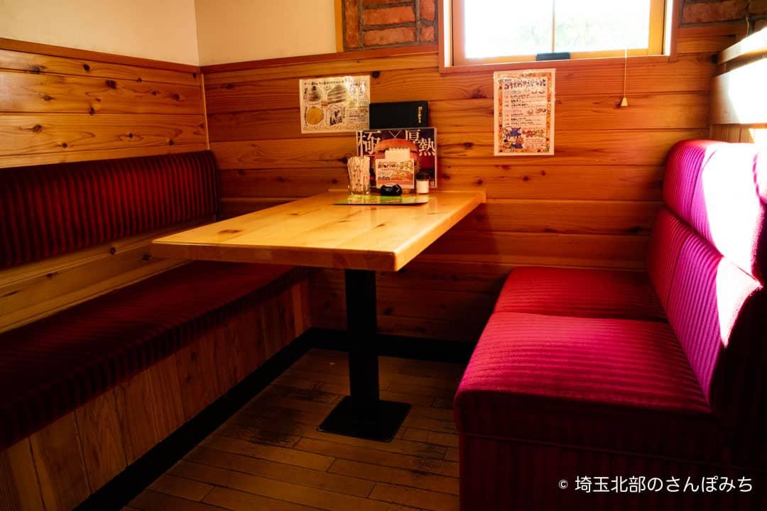 コメダ珈琲熊谷店の赤のソファ