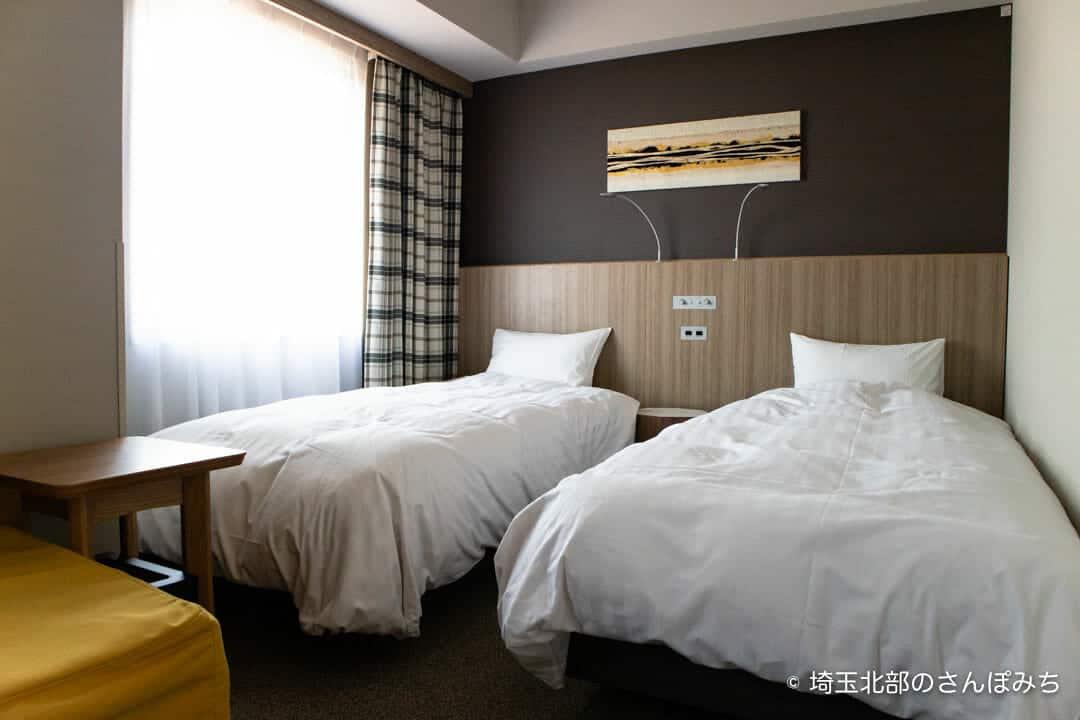 森林ホテルのダブルルームのベッド