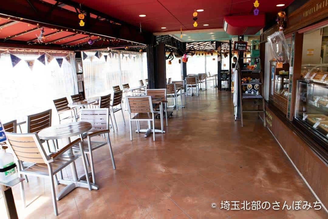 寄居PA(上り)パン屋・カフェの店内