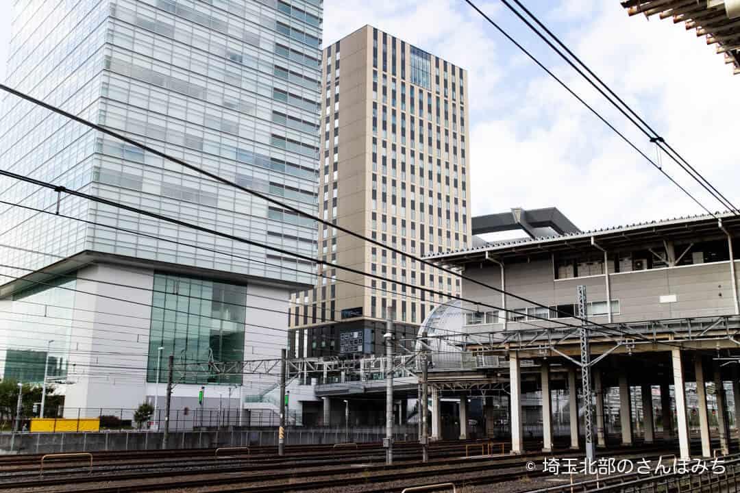 駅ホームから見えるホテルメトロポリタンさいたま新都心