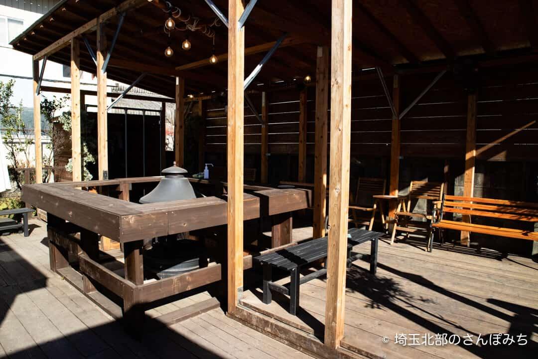 芋屋TATAウッドデッキの暖炉とベンチ