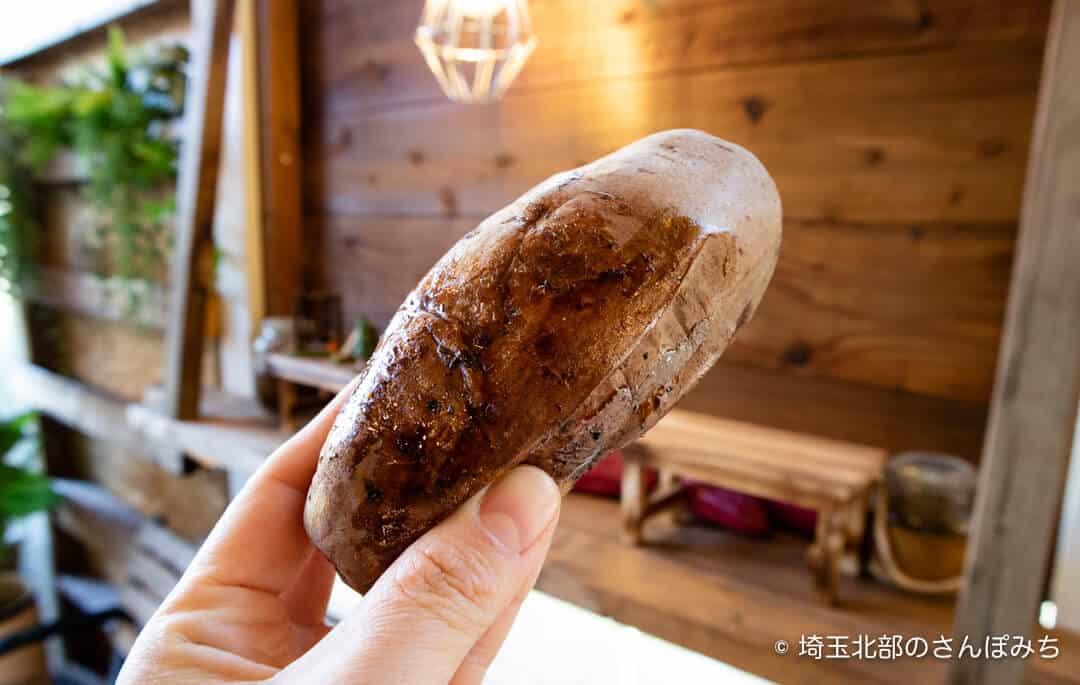 芋屋TATA安納芋の焼き芋を持つところ