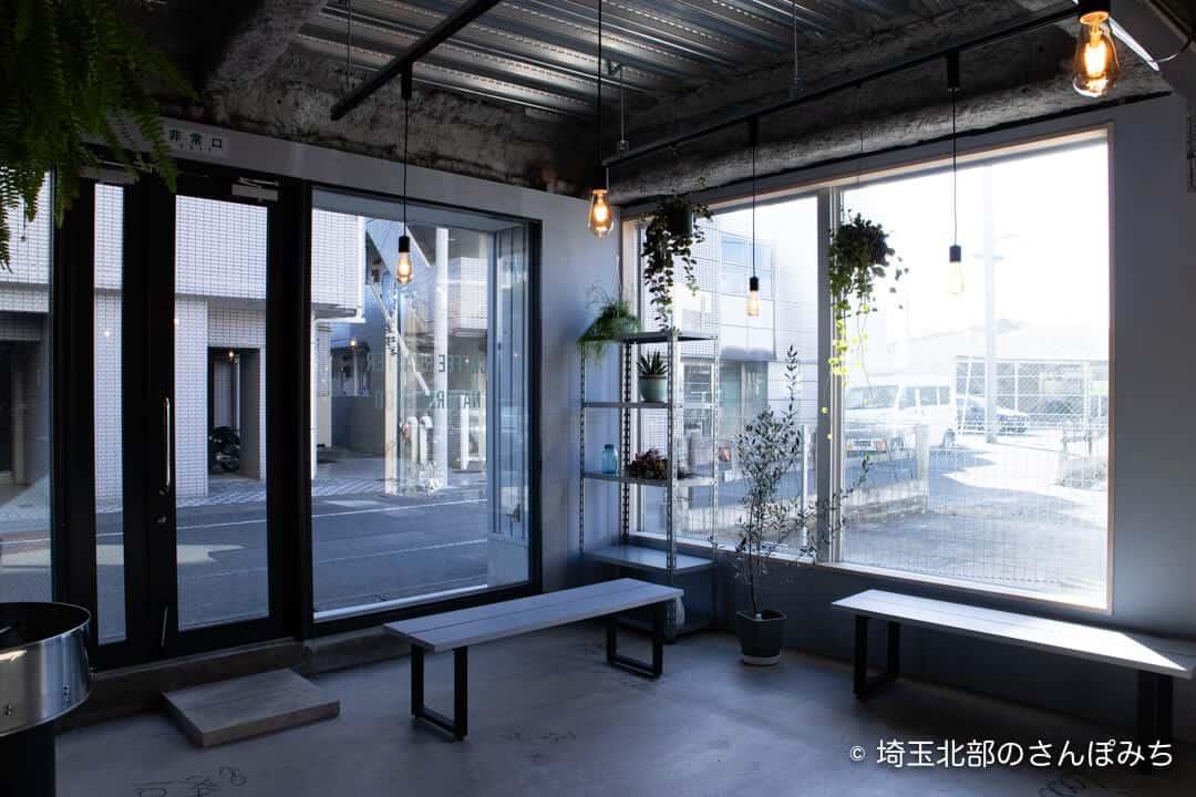 本庄コーヒーカフェ・TRIPSのベンチ