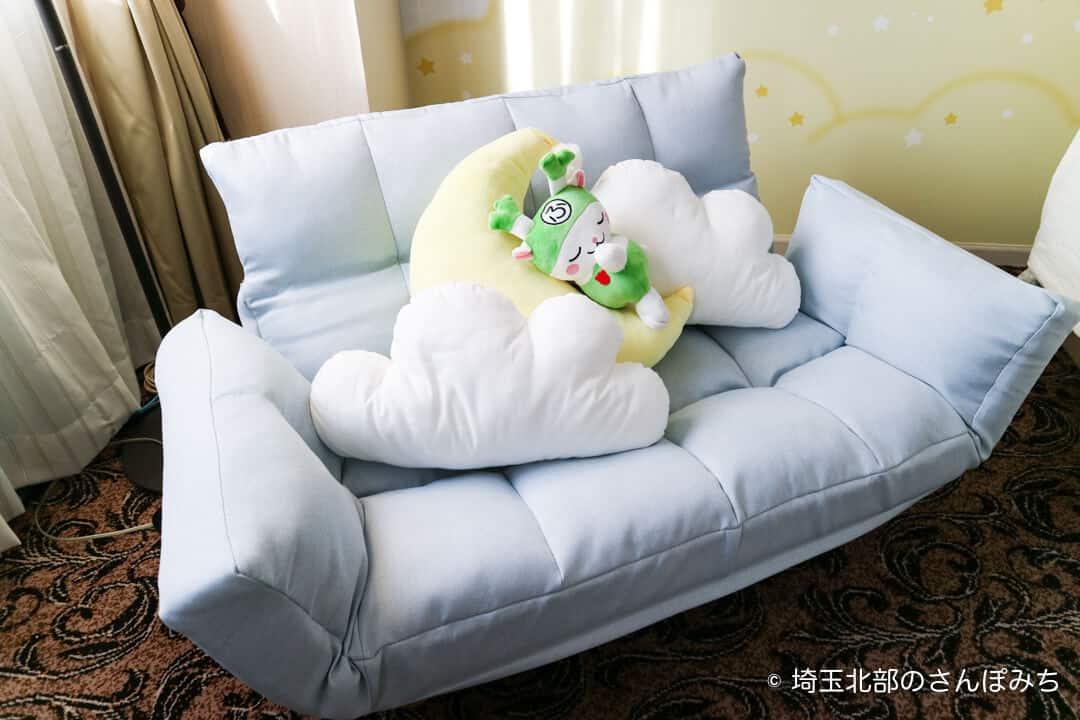 埼玉グランドホテル深谷おやすみふっかちゃんルームのソファ