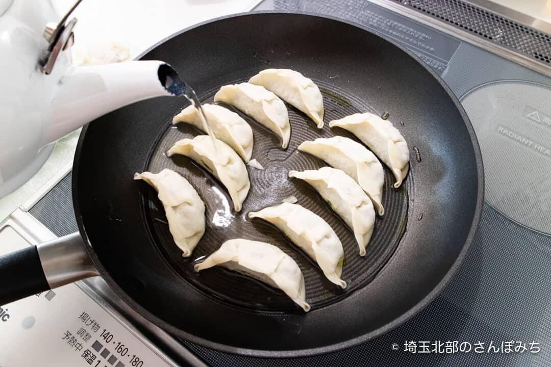 雪松餃子の作り方・お湯を入れる