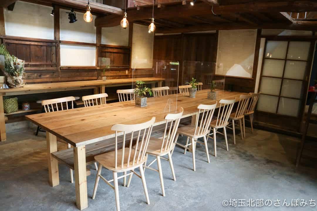 深谷・畑とキッチンカフェのテーブル席