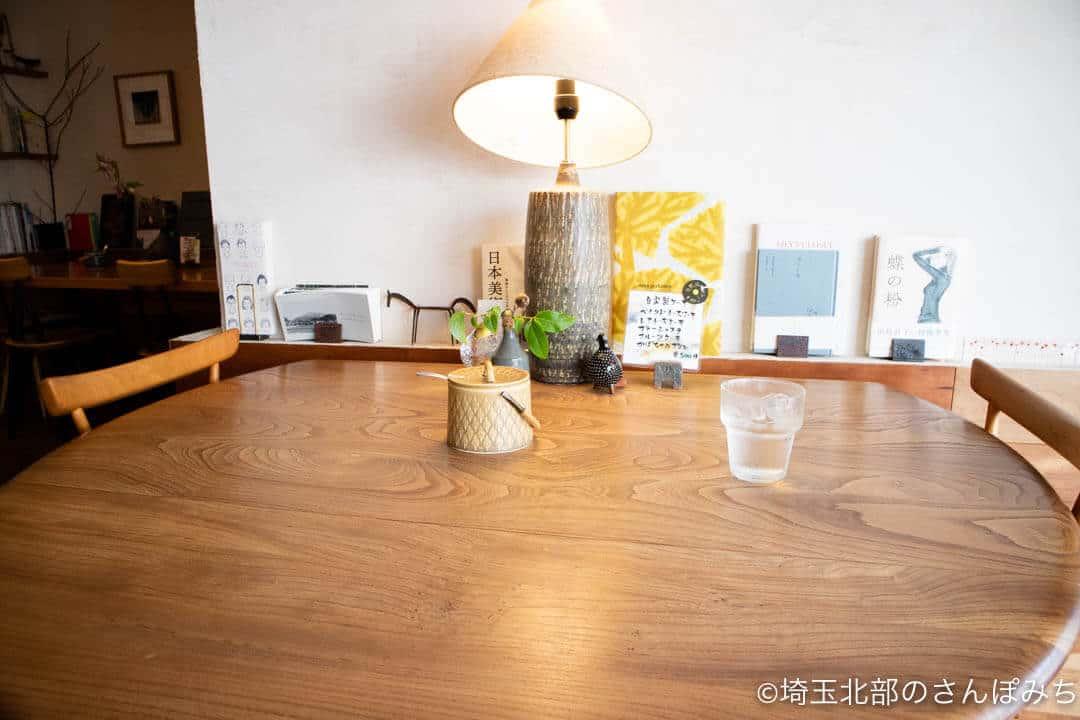秩父・喫茶カルネのテーブル席