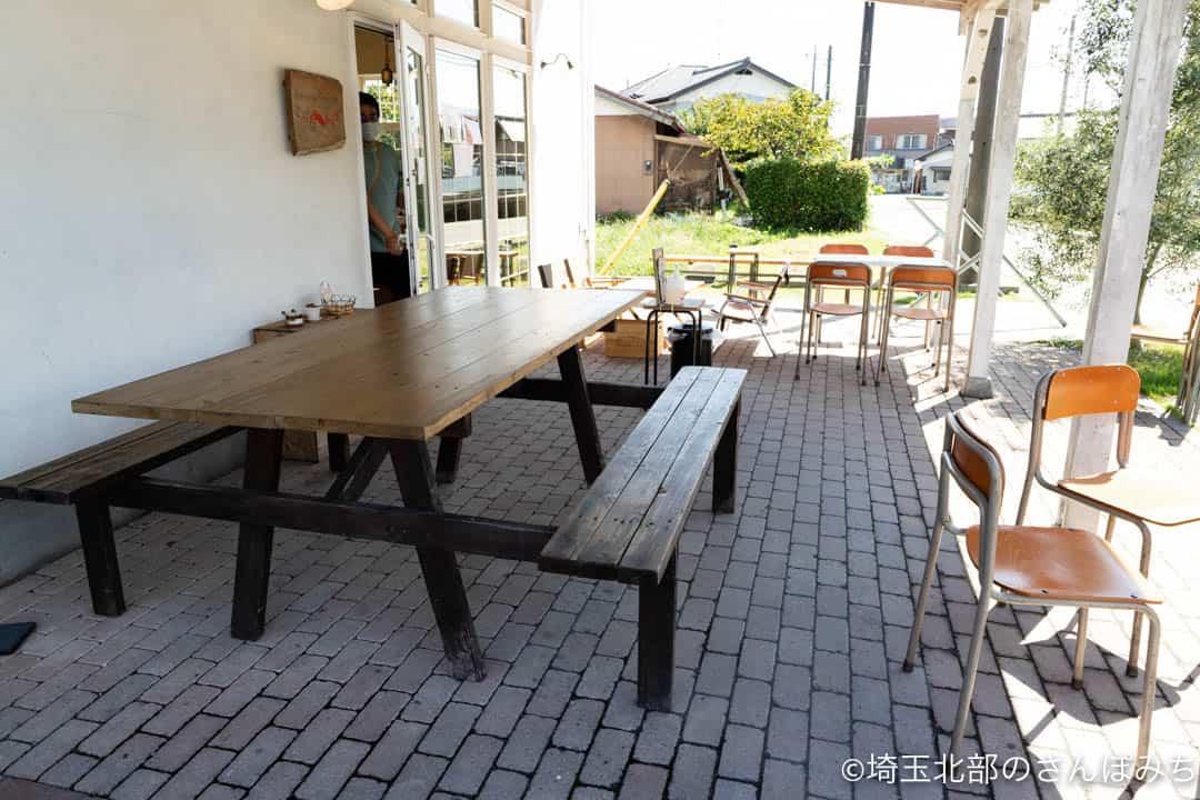 ときがわ町こぶたのしっぽ外のテーブル